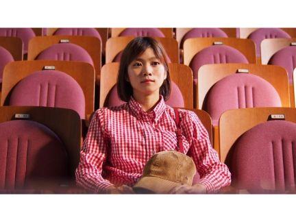 1人で映画を観る女性の写真