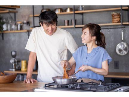 仲良く料理するカップル