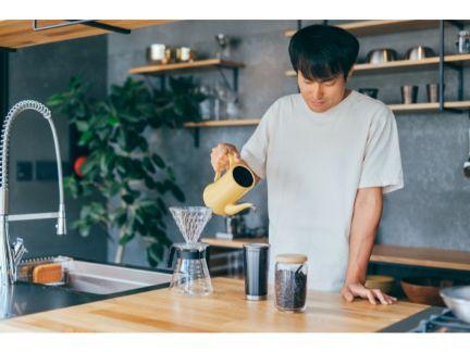 コーヒーを煎れている男性の写真