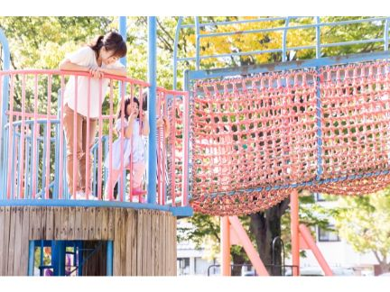 公園の遊具で遊ぶ親子