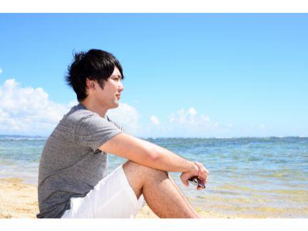 海を眺める男性の写真
