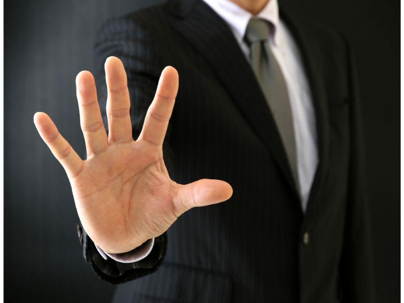 拒否する男性の写真
