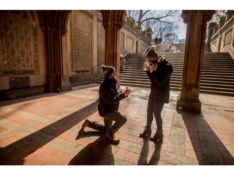 街中でプロポーズするカップル