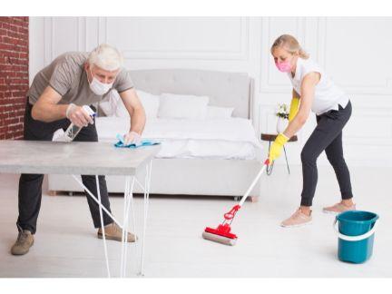 夫婦で掃除する写真