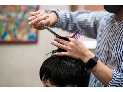 散髪している男性の写真