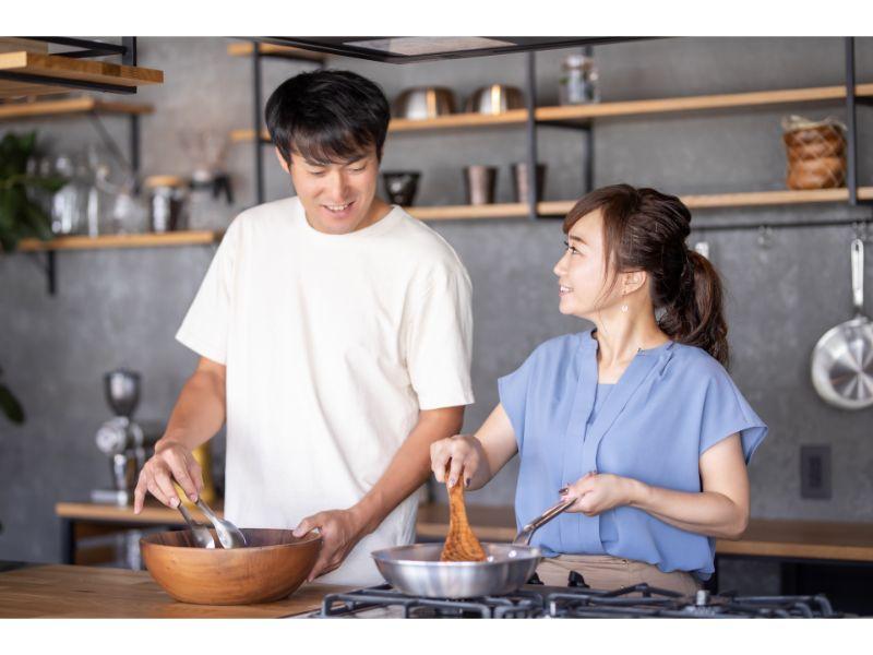 一緒に料理するカップルの写真