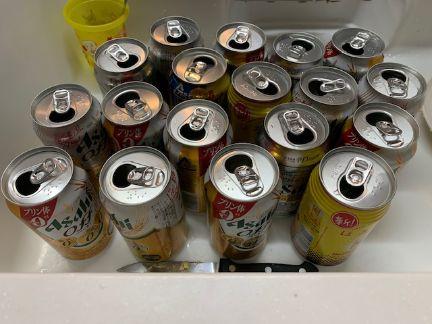 飲み会後の大量の空き缶の写真
