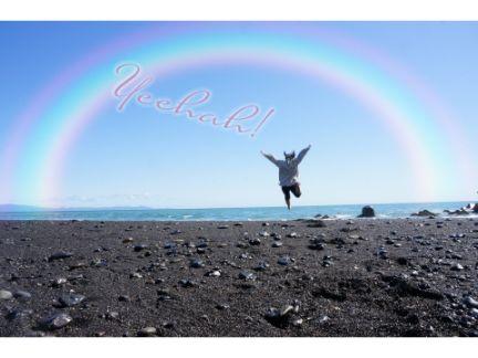 虹がかかった大空にジャンプしている写真