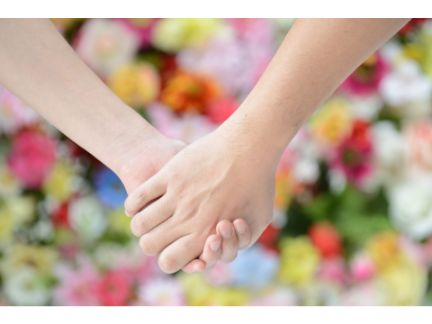 手をつなぐカップルの手元の写真
