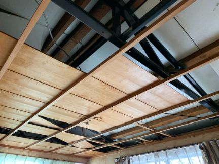 竿縁天井の板を剥がしている写真