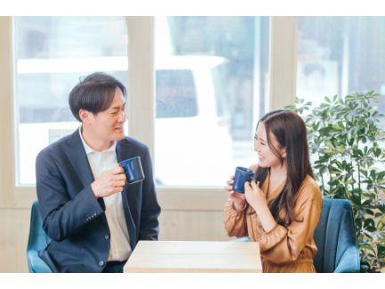 カフェで笑い合うカップルの写真